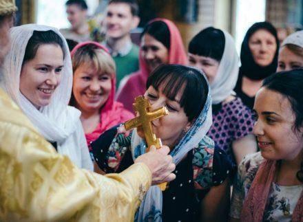 Коронавирус: чистые руки, целование святынь и вера в Бога